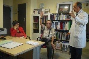 El Dr. Martínez Castrillo en consulta con un paciente